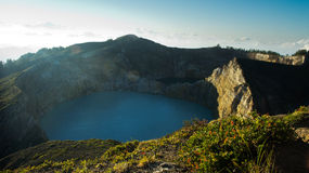 L'alta vista panoramica del turchese verde ha colorato il lago nel vulcano di Kelimutu fotografie stock
