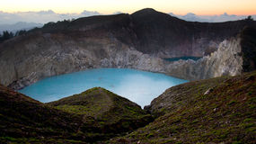 L'alta vista panoramica del turchese verde ha colorato il lago nel vulcano di Kelimutu nel corso della mattinata all'alba fotografie stock