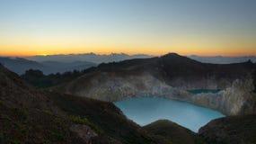 L'alta vista panoramica del turchese verde ha colorato il lago nel vulcano di Kelimutu nel corso della mattinata all'alba fotografia stock libera da diritti