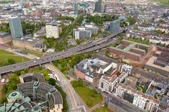 L'alta vista superiore dell'autostrada lunga e di molti roofes della città alloggia il franco Fotografie Stock