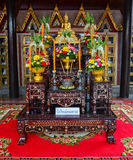 L'altare al tempio buddista a Bangkok Fotografia Stock Libera da Diritti