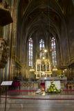 L'altare anteriore dorato della chiesa (basilica) di St Peter e di St Paul a Vysehrad Fotografia Stock Libera da Diritti