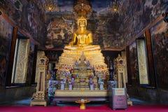 L'altare con la scultura di un Buddha messo nel bot di Wat Wihan Bovornniwet bangkok Fotografia Stock Libera da Diritti