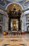 L'altare del baldacchino fatto da Bernini nella basilica San Pietro, Immagine Stock