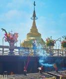 L'altare del santuario dorato della roccia, pagoda di Kyaiktiyo, Myanmar Fotografia Stock