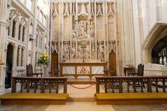 L'altare della chiesa con la bella decorazione e la pietra funzionano Immagine Stock