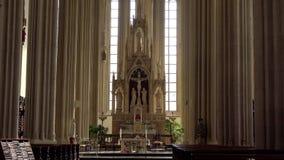 L'altare e l'interno della chiesa del san Tomas Brno, Repubblica ceca stock footage