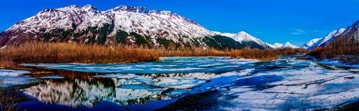 L'alto panorama di ricerca di catena montuosa ha riflesso nella t Immagini Stock