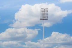 L'alto stadio del riflettore del palo si accende con il fondo del cielo blu Immagine Stock Libera da Diritti