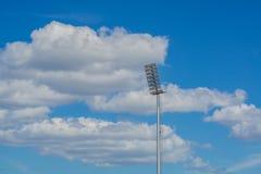 L'alto stadio del riflettore del palo si accende con il fondo del cielo blu Fotografie Stock Libere da Diritti