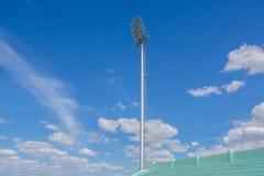 L'alto stadio del riflettore del palo si accende con il fondo del cielo blu Fotografie Stock