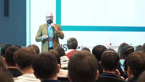 L'altoparlante dà una conferenza agli spettatori ed agli ascoltatori stock footage