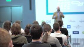 L'altoparlante dà una conferenza agli spettatori ed agli ascoltatori video d archivio