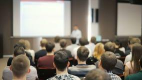 L'altoparlante dice il discorso alla conferenza Gente di affari di seminario di conferenza di riunione dell'ufficio di concetto d video d archivio