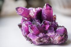 L'améthyste est une variété violette de quartz employée souvent en bijoux Photos libres de droits