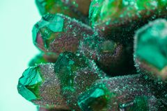 L'améthyste est une variété violette de quartz employée souvent en bijoux Photographie stock libre de droits