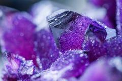 L'améthyste est une variété violette de quartz employée souvent en bijoux Photos stock