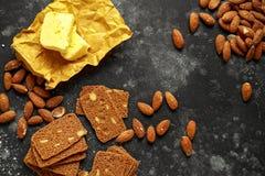 L'amande amincit des biscuits avec les écrous et le beurre fait par maison Images libres de droits