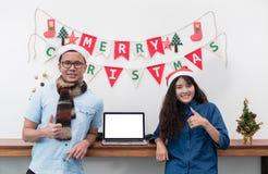 L'amant de sourire couplent la position à l'étamine et au thum de drapeau de Noël Photographie stock