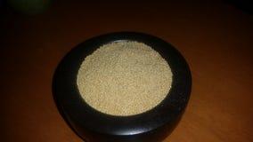 L'amaranthe est des graines salutaires qui sont rapportées avec le quinoa Photo libre de droits