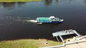 L'amarrage du bateau Vitebsk au pilier banque de vidéos