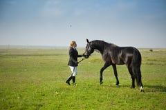 L'amazzone addestra il cavallo Fotografie Stock Libere da Diritti