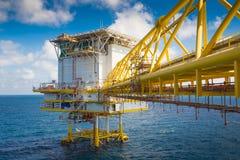L'ambiente ed il ponte si collegano alla piattaforma d'elaborazione centrale di olio e di industria del gas immagini stock