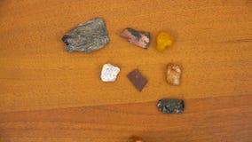 L'ambre et d'autres pierres se trouvent sur la table banque de vidéos