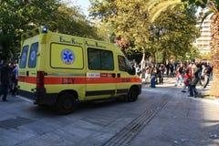 L'ambulance écrit le grand dos pour porter les gens blessés Photos libres de droits