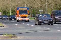 L'ambulance allemande conduit à un lieu d'affectation photos stock