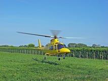 L'ambulance d'air jaune d'hélicoptère de sauvetage décolle images libres de droits