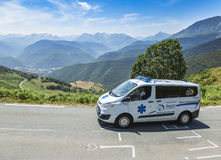 L'ambulance officielle sur le d'Aspin de col - Tour de France 2015 Photos libres de droits