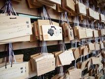 L'AME è piccole piastre di legno su cui i worshippers shintoisti scrivono le loro preghiere o desideri Immagine Stock Libera da Diritti