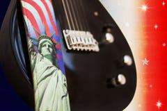 L'America oscilla - la chitarra elettrica sopra la bandierina degli S.U.A. Fotografie Stock Libere da Diritti