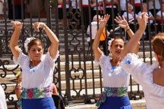 L'american national standard de flamenko de danse de femmes chantent près de la cathédrale de Malaga des vacances de ville de Vie Photo libre de droits