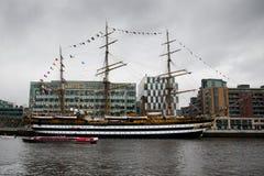 l'Amerigo Vespucci s'assied dans le port de Dublin Images libres de droits