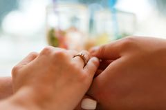 L'ami a étonné son amie avec l'engagement Ring In Restaurant Photos libres de droits