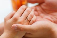 L'ami a étonné son amie avec l'engagement Ring In Restaurant Image libre de droits