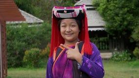 L'AMI DE CHAING, THAÏLANDE - 22 DÉCEMBRE 2018 : Portrait de jeune fille habillé dans le costume traditionnel de tribu de colline  banque de vidéos