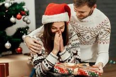 L'ami et l'amie heureux couplent près de l'arbre de Noël, beaut Image stock