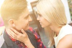 L'ami et l'amie flirtent avec joie Photographie stock libre de droits
