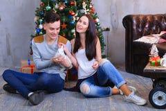 L'ami et l'amie posent pour l'appareil-photo avec le lapin et rire Image stock