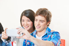 L'ami et l'amie prennent un selfie Photos stock