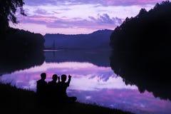 L'Ami-famille voient le beau paysage Images stock
