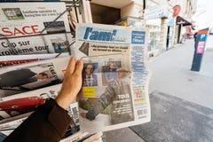 L ` Ami Hebdo au sujet de presse française d'achat d'homme d'élections présidentielles Image libre de droits