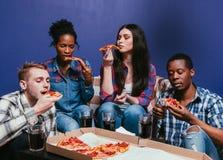 L'ami international apprécient mangent de la pizza savoureuse à la maison Photographie stock libre de droits