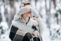 L'ami mignon de bâche de fille que le ` s observe par elle a tricoté des mittes marié de mariée wedding à l'extérieur l'hiver des Images stock
