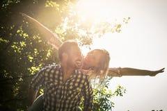 L'ami ramène la fille sur elle avec les bras ouverts Co heureuse Images libres de droits