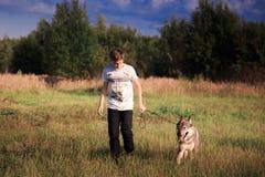L'amicizia di un ragazzo e di una bestia selvaggia la lealtà di un lupo fotografie stock libere da diritti