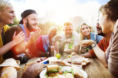 L'amico celebra il concetto bevente di stile di vita allegro di picnic del partito Fotografia Stock Libera da Diritti